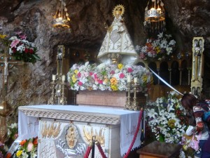 Virgen de Covadonga en su gruta (Asturias, España)