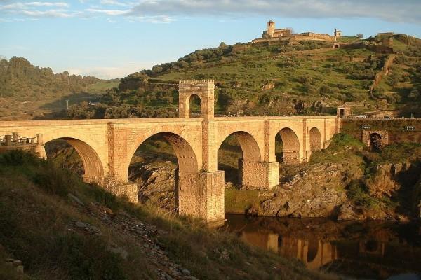 Puente de Alcántara sobre el río Tajo (Cáceres, España)