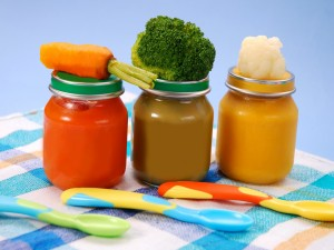 Botes con puré de zanahorias, brócoli y coliflor