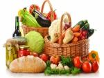 Cestas con verduras variadas, botellas de vino y pan