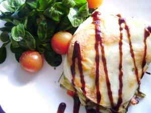 Timbal de verduras con ensalada de canónigos y tomates cherry