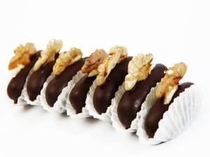 Postal: Dátiles cubiertos de chocolate y nuez