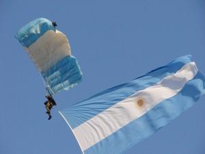Paracaidista desplegando la bandera argentina