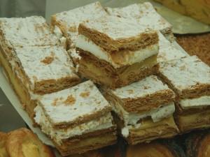Milhojas con nata y crema pastelera