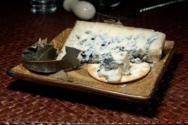 Queso azul con envoltura de hoja