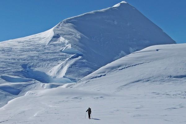 Cima de la segunda montaña más alta de Groenlandia