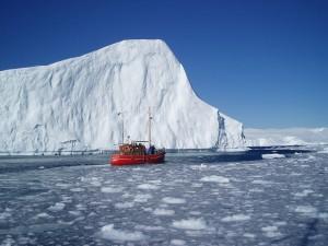 Barco junto a un iceberg en Groenlandia