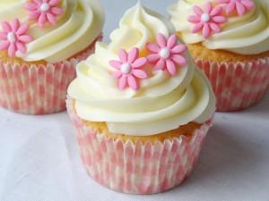 Postal: Cupcakes decorados con flores rosas