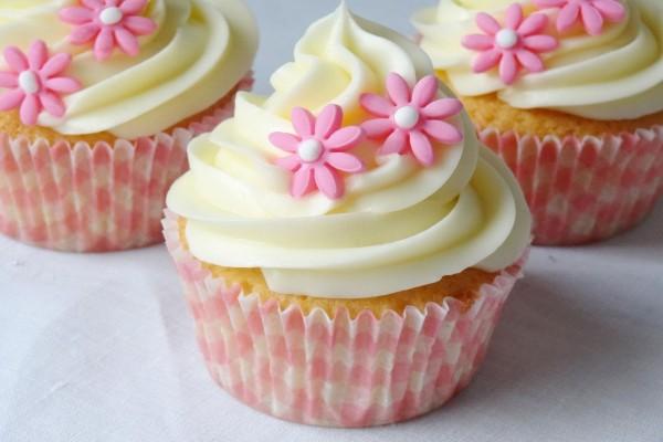 Cupcakes decorados con flores rosas