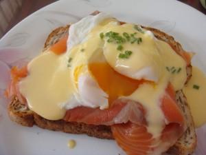 Tostada con salmón ahumado y huevo benedictine