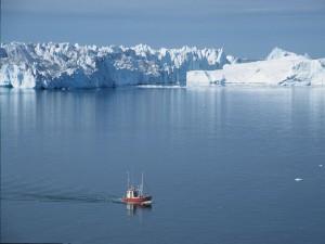 Postal: Barco navegando cerca de un fiordo de hielo en Groenlandia