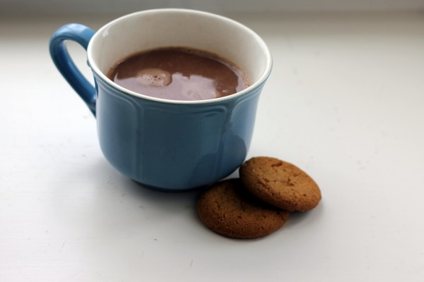Taza de chocolate y galletas