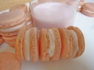 Vaso de leche y macarons