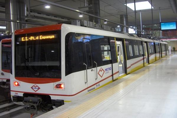 Un tren del metro de Palma (España) en la Estación Intermodal