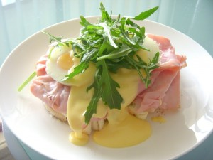 Tostada con pechuga de pavo, huevo y rúcula