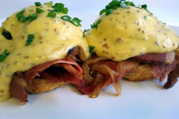 Huevos benedictine con bacon y semillas de mostaza