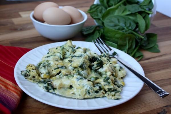 Huevos revueltos con espinacas y queso