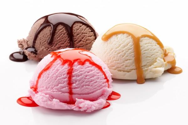 Tres bolas de helado cubiertas con sirope
