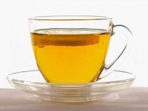 Postal: Taza transparente con té y una rodaja de limón