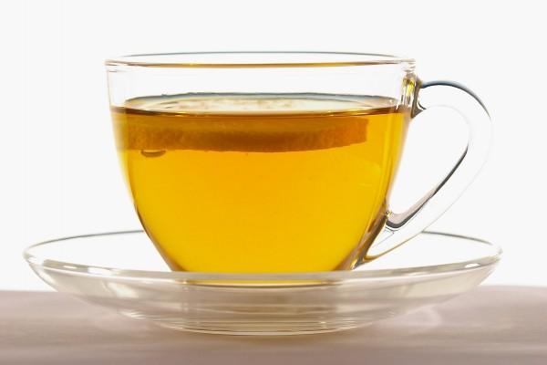Taza transparente con té y una rodaja de limón