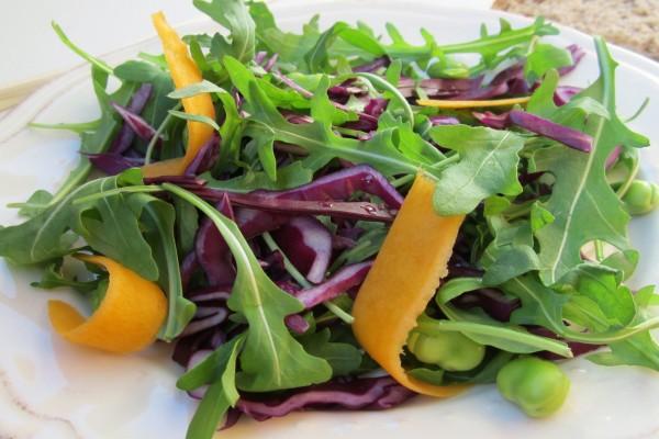 Ensalada tricolor: verde, morado y naranja