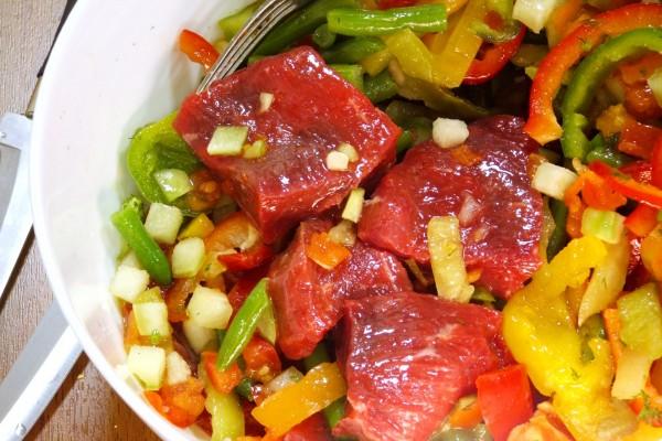 Carne marinada con pimientos y otros vegetales