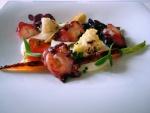 Rodajas de pulpo a la brasa con verduras