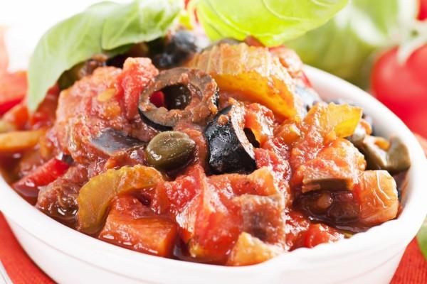 Caponata Siciliana, un plato típico italiano con verduras