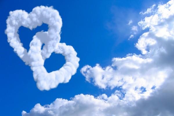 Dos corazones de nubes entrelazados
