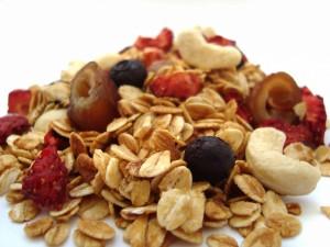 Copos de avena con dátiles, frutos rojos y anacardos