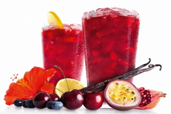 Refrescante bebida junto a sus ingredientes