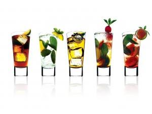 Vasos con infusiones, frutas y hojas de menta