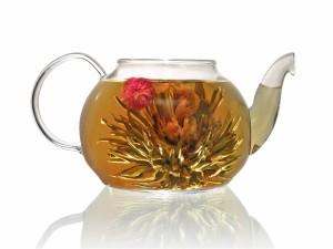 Postal: Tetera con hojas de té y flores