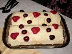 Pionono dulce argentino, relleno de frutas con crema chantillí