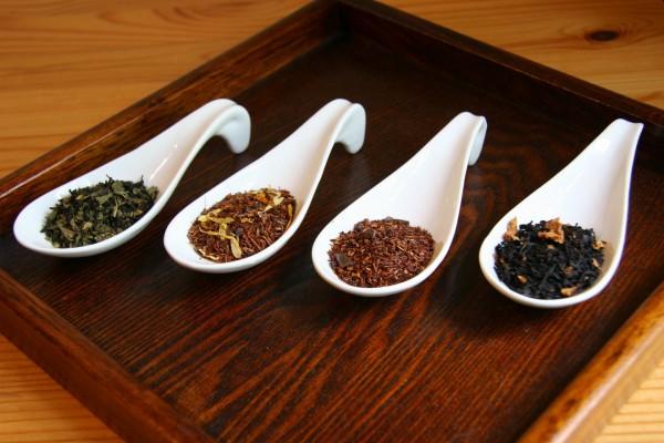 Cucharas con diferentes tipos de té