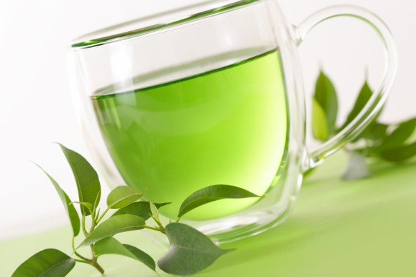 Taza con un té de color verde