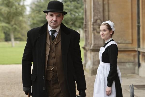 El ayudante de cámara John Bates y la primera doncella Anna Smith en Downton Abbey
