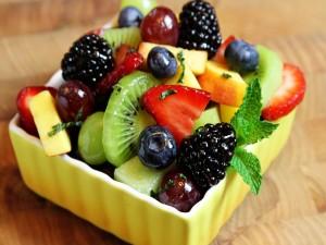 Ensalada de frutas y hierbabuena