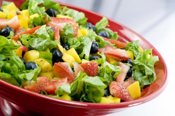 Ensalada con lechuga, fresas, mango y arándanos