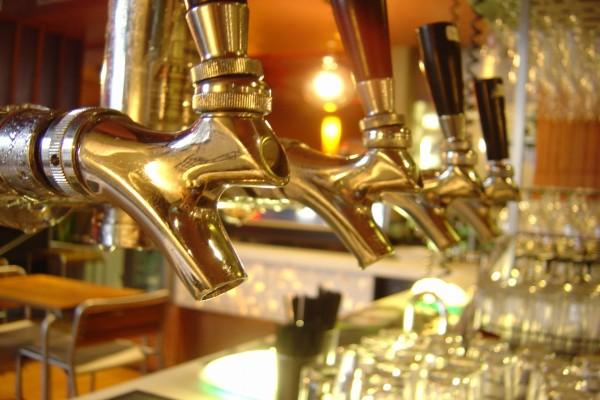 Grifos de cerveza en un bar