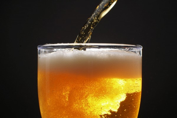 Llenando un vaso de cerveza