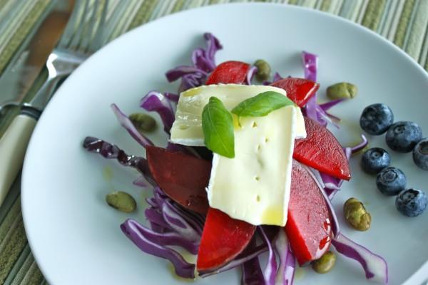 Ensalada de queso, lombarda y frutas