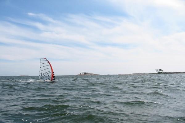 Solo en el mar practicando windsurf