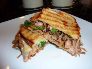 Postal: Sándwich a la plancha con carne, queso y verduras