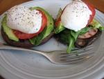 Huevo poché con tomate, aguacate y seta