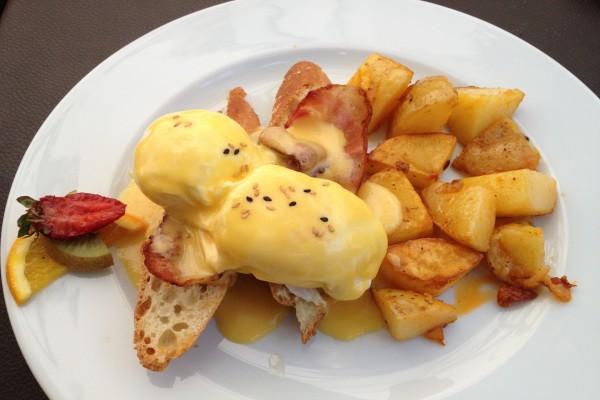 Patatas con un huevo a la benedictine y bacon