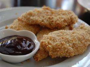 Tiras de pollo frito con salsa barbacoa