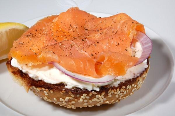 Pan de semillas con queso crema, salmón ahumado y cebolla
