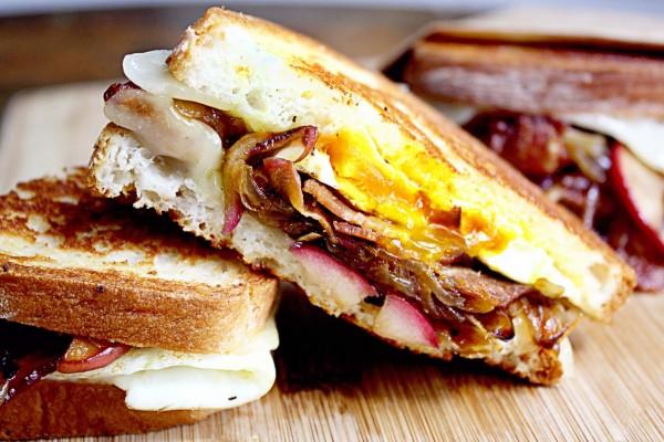 Sándwiches de bacon y huevo