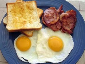 Tostadas, huevos y panceta